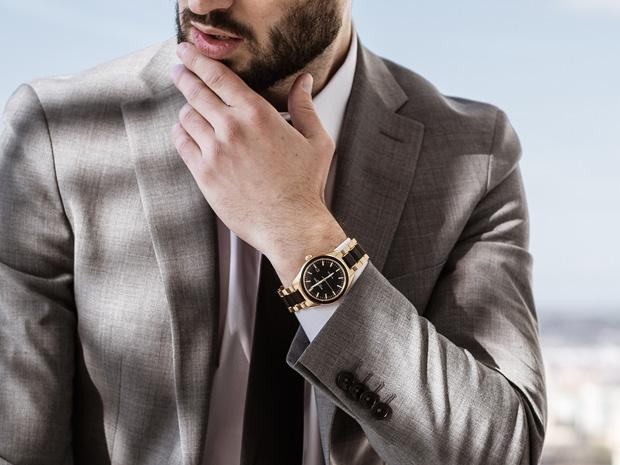 Mann mit Anzug und Armbanduhr | Jacques Lemans®