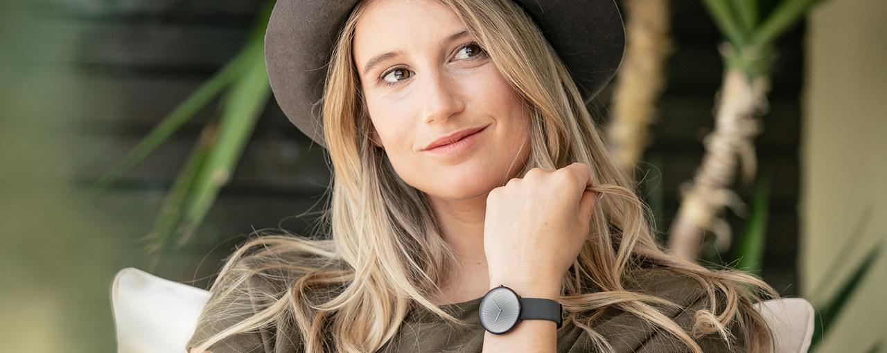 Frau mit modischer Damen Armbanduhr | Jacques Lemans®